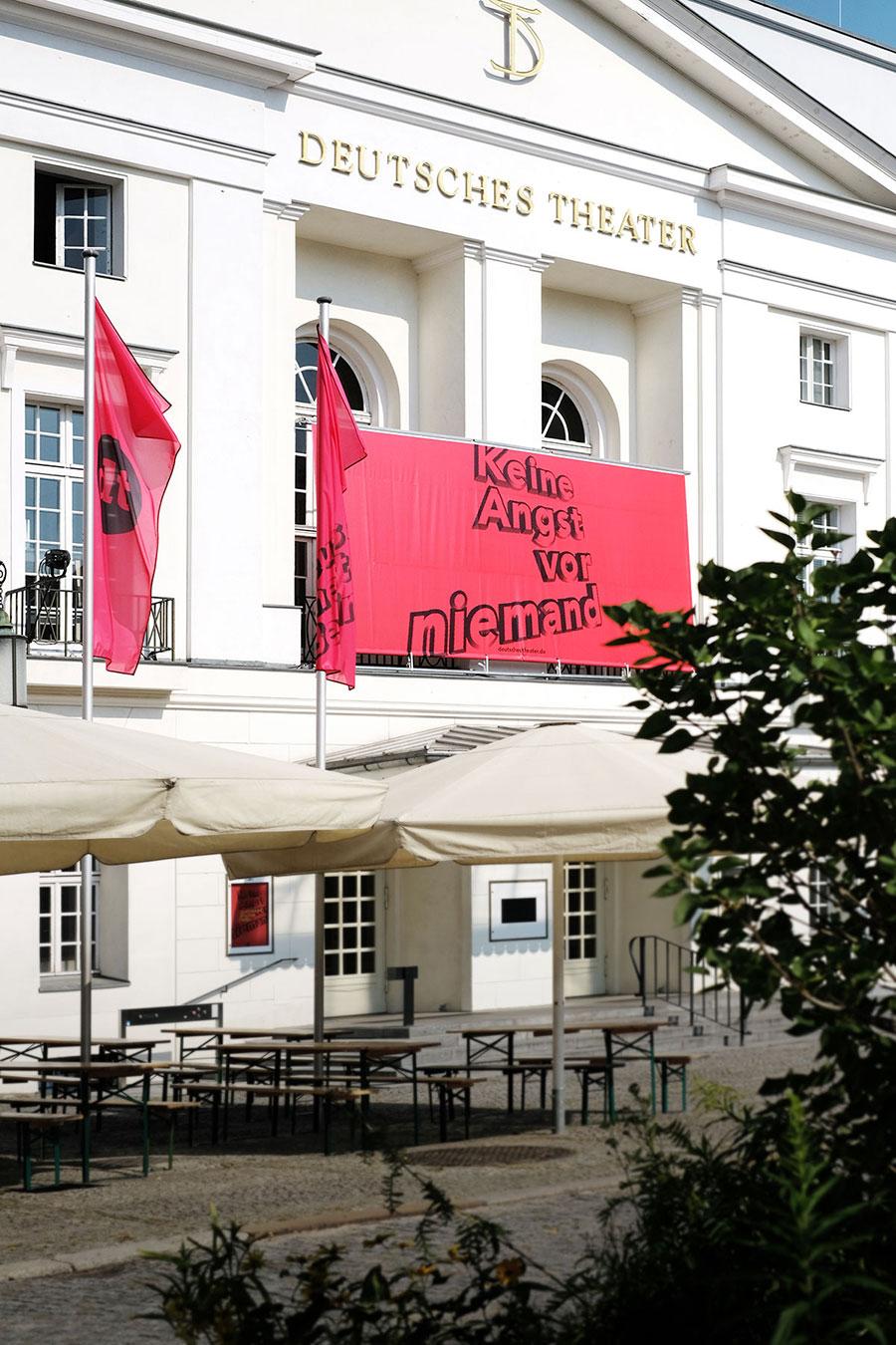Deutsches Theater Berlin Aussenansicht Fassadenplakat Werbung Spielzeit Keine Angst vor niemand