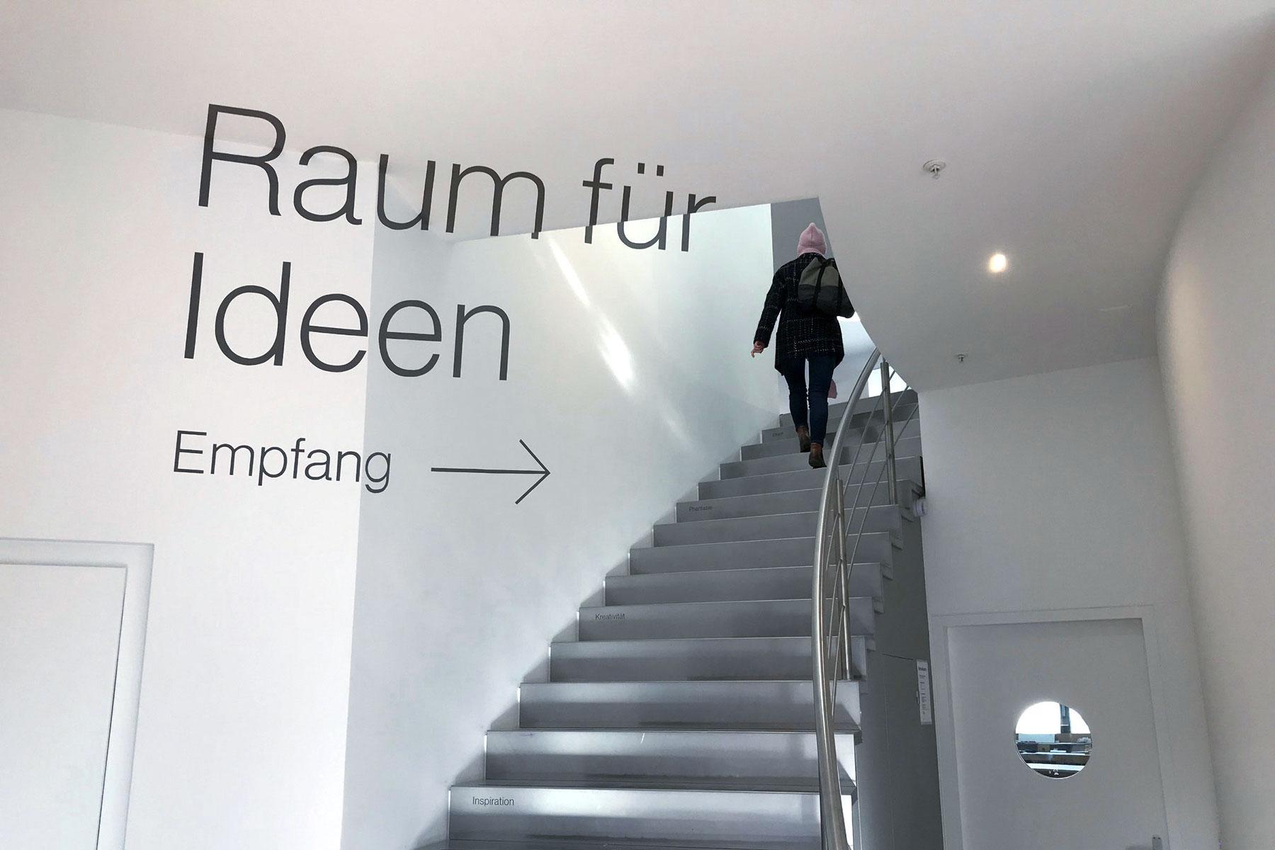 Odermatt Ideenschreinerei Signaletik Hauptsitz Treppenhaus Adligenswil